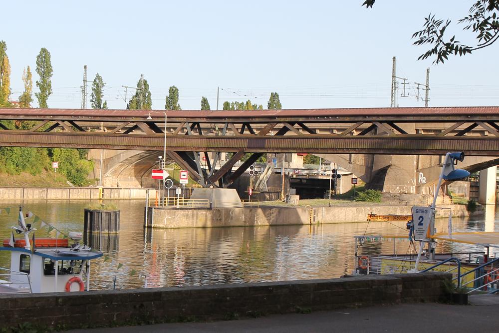 Holzbrücke und Trennmole