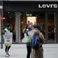 via: Presseerklärung Greenpeace vom 8.12. 2012 Greenpeace-Aktivisten kennzeichnen Levi's-Produkte Protest in Stuttgart und 35 weiteren Städten für giftfreie Textilherstellung Greenpeace-Aktivisten haben heute in Stuttgart Kleidung von Levi's mit Warnhinweisen […]