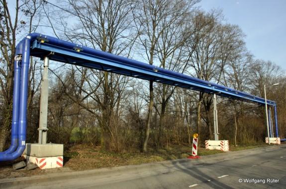 Auf der Rohrbrücke wurde bereits die Verbundleitung DN200 angebracht. Die parkseitige Infiltrationsleitung entspricht ebenfalls der noch nicht genehmigten Planänderung.