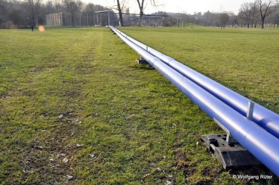 Im Rosensteinpark sieht man deutlich die beiden gleich dicken Rohre DN150, die nicht der derzeitigen Genehmigung entsprechen. Im Vorgriff auf die Planänderung wurden auch bereits die Stützen für die Verbundleitung DN200 aufgestellt.