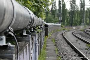 Das EBA kriegt die Kurve nicht … Die zu große Überschussleitung liegt nun auf der Eisenbahnbrücke und hat den Einleitungspunkt am Neckar fast erreicht.