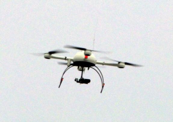 """Foto Paulae Polizei-Drohne """"Sensocopter"""" im Einsatz während des 13.2.2011 in Dresden http://de.wikipedia.org/wiki/Polizei-Drohne"""
