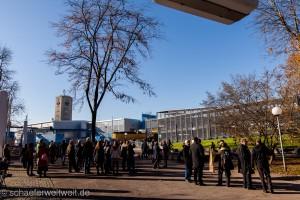 Am Feldherrenhügel warten Aktivisten auf die angekündigte Pressekonferenz