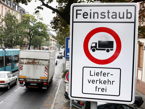 Ein Schild an der verkehrsreichen Friedberger Landstraße in Frankfurt warnt vor Feinstaub und lässt Lastwagen nur im Lieferverkehr zu (Foto vom 28.09.2007). Städte sind verpflichtet, Bewohner von stark befahrenen Straßen notfalls auch mit zeitweiligen Fahrverboten vor gesundheitsschädlichem Feinstaub zu schützen. Das geht aus einer Entscheidung des Bundesverwaltungsgerichts in Leipzig vom Donnerstag (27.09.2007) hervor. Foto: Frank Rumpenhorst dpa +++(c) dpa - Report+++