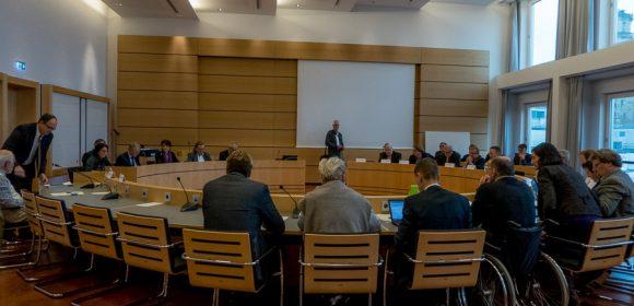 """Heute fand das erste von voraussichtlich zwei Treffen des Gemeinderatsausschusses zu Stuttgart 21 in öffentlicher Sitzung statt. Es ging um die Themen """"Leistungsfähigkeit des Bahnknotens"""" und """"Zukunftskonzept Infrastruktur – Ausbaumöglichkeiten […]"""