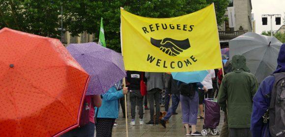 """Samstag, 21.07.2018 ergiebiger Nieselregen, viele Regenschirme und Kapuzen. Trotz dieser widrigen Umstände finden sich auf dem Schlossplatz etwa 500 Menschen bei der Kundgebung""""Leben retten ist kein Verbrechen"""" ein. cams21 war […]"""
