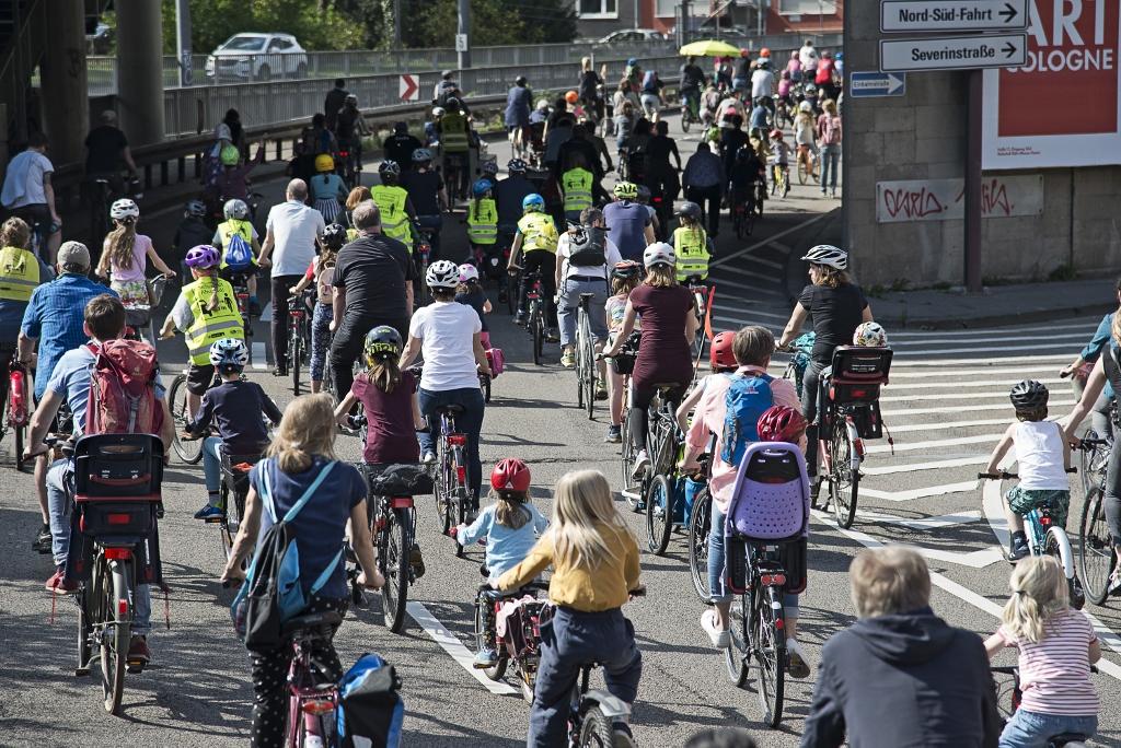 """""""Platz da für die nächste Generation!"""" Die Kidical Mass erobert mit ihren bunten Fahrraddemos die Straßen in über 90 Städten im ganzen Land und darüber hinaus"""